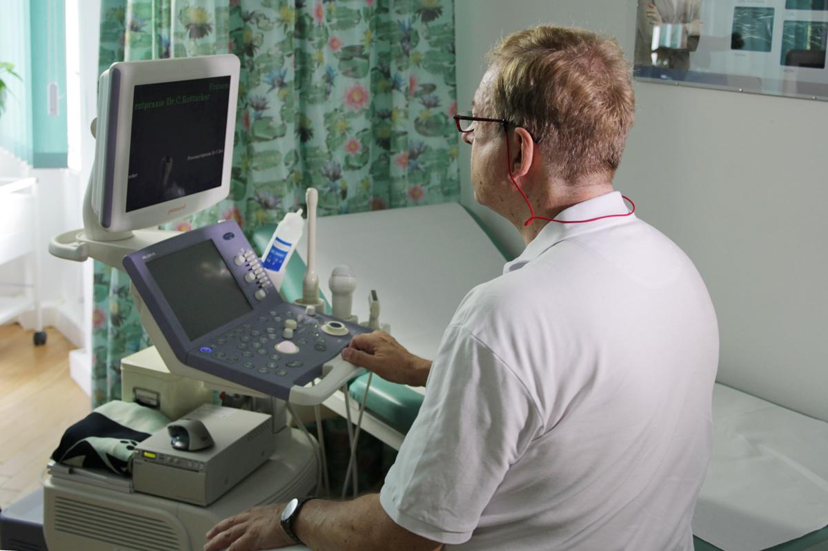 Aus den Praxis-Leistungen: Dr. Rottacker bei der Vorbereitung zur Ultraschalluntersuchung.